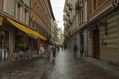 Ulica z turystycznymi sklepami i kawiarnia w Lugano, Szwajcaria obrazy stock