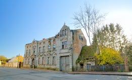 Ulica z zaniechanym domem w Guetzkow, Mecklenburg-Vorpommern, Niemcy Chociaż ja spisuje jako zabytek Obraz Stock
