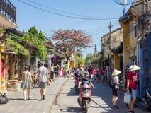 Ulicy antyczny miasteczko w środkowym Wietnam, starych domach i lampionach różnorodni kolory Hoi, ruchliwe ulicy pełno ludzie Zdjęcie Royalty Free