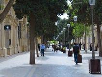 Ulicy Baku miasto, ludzie chodzić zdjęcie stock