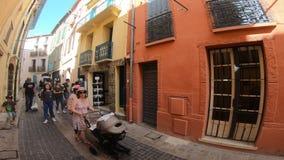 Ulicy Collioure i turystów ludzie w Pyrenees orientales, Francja zbiory