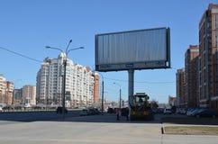 Ulicy duży miasto i wielki reklamowy billboard odbitkowa przestrzeń w billboardzie fotografia stock