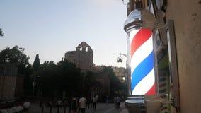 Ulicy europejski miasteczko, ludzie chodzić Fryzjera znak zbiory