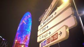 Ulicy imię podpisuje pokazywać kierunek w dużym mieście, zwiedzająca wycieczka turysyczna Barcelona zbiory