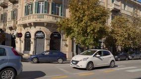 ULICY stary miasto z ruchem drogowym, hulajnogami i samochodami w Sicily w 4k, MESSINA, W?OCHY, LISTOPAD - 06, 2018 - zbiory wideo