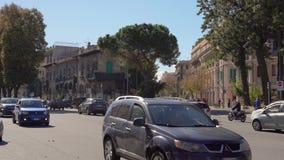ULICY stary miasto z ruchem drogowym, hulajnogami i samochodami w Sicily w 4k, MESSINA, WŁOCHY, LISTOPAD - 06, 2018 - zdjęcie wideo