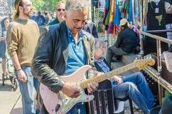 Uliczna artysta sztuka na instrumentach przy Farmer&-x27; s rynek Zdjęcia Royalty Free