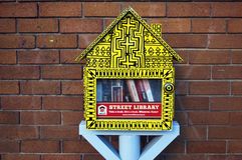 Uliczna biblioteka w postaci żółty budka z bezpłatnymi książkami troszkę Horyzontalny strzał biblioteczna wymiana Obrazy Stock