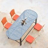 Uliczna kawiarnia, odgórny widok łomotanie stół i krzesło, Obrazy Royalty Free