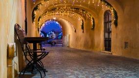 Uliczna kawiarnia przy nocą przeciw miasto iluminacji zaświeca zdjęcia royalty free
