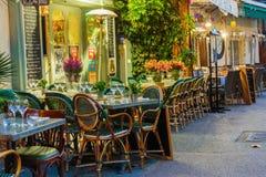 Uliczna kawiarnia w Mougins przy nocą, Francja obrazy royalty free
