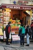 Uliczna kawiarnia z świeżym sokiem na ulicie Istanbuł Obraz Royalty Free