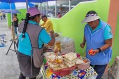 Uliczna kuchnia w Ekwador, Equatorians bubla jedzenie, obywatel przekąsza od kukurudzy, grill, popkorn, smażąca kukurudza smażone zdjęcia royalty free