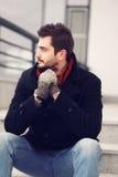 Uliczna moda, przystojny brunet mężczyzna obrazy stock