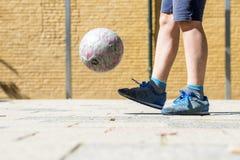Uliczna piłka nożna utrzymuje up Obrazy Royalty Free