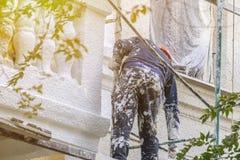 Uliczna pracownik naprawa budynek fasada f zdjęcia royalty free