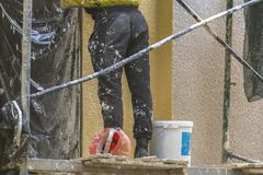 Uliczna pracownik naprawa budynek fasada f fotografia stock