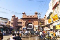 Uliczna scena przy starą miasto bramą w Bikaner Fotografia Royalty Free