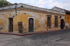 Uliczna scena w Antigua, Gwatemala w Maju 2015 zdjęcie royalty free
