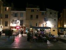 Uliczna scena w głównym placu przy nighttime w głównym placu w Provence Zdjęcie Royalty Free