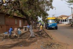 Uliczna scena w mieście Bissau z ludźmi chodzi wzdłuż ulicy przy Chao De Papel neighbourhood w Bissau, fotografia royalty free