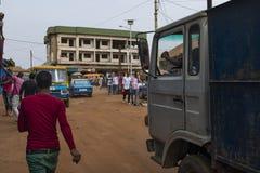 Uliczna scena w mieście Bissau z ludźmi przy Bandim rynkiem w Bissau, afryka zachodnia zdjęcia royalty free