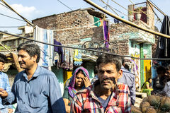 Uliczna scena z ludźmi w biednym terenie New Delhi zdjęcie royalty free