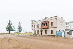 Uliczna scena z plażą stać na czele wakacyjnych mieszkania w Swakopmun Obraz Stock