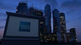 Uliczna signage deska z American Express logem w wieczór Zamazany dzielnica biznesu drapaczy chmur tło Zdjęcia Stock