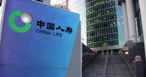 Uliczna signage deska z China Life firmy ubezpieczeniowej logem Nowożytny biura centrum drapacz chmur i schodka tło Obrazy Stock