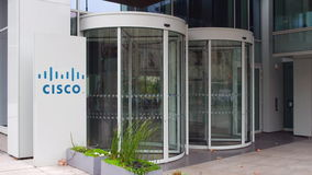 Uliczna signage deska z Cisco Systems logem zbudować nowoczesnego urzędu Redakcyjny 3D rendering Zdjęcie Stock