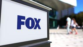 Uliczna signage deska z Fox Transmitowanie Firma logem Zamazani biura odprowadzenia i centrum tła ludzie editorial Fotografia Royalty Free