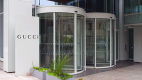 Uliczna signage deska z Gucci logem zbudować nowoczesnego urzędu Redakcyjny 3D rendering Obraz Royalty Free