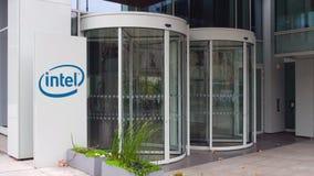 Uliczna signage deska z Intel Corporation logem zbudować nowoczesnego urzędu Redakcyjny 3D rendering Obraz Royalty Free