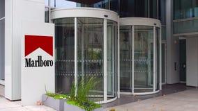Uliczna signage deska z Marlboro logem zbudować nowoczesnego urzędu Redakcyjny 3D rendering Zdjęcia Stock