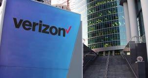 Uliczna signage deska z Verizon Communications logem Nowożytny biura centrum drapacz chmur i schodka tło editorial Zdjęcie Royalty Free