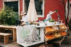 Uliczna sprzedaż świezi soki i jarski jedzenie Ulica handel Fotografia Stock