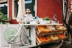 Uliczna sprzedaż świezi soki i jarski jedzenie Ulica handel Zdjęcia Royalty Free