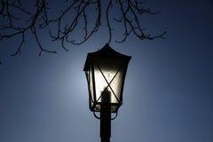 Uliczna stara latarnia uliczna w kontrola światło słoneczne Obraz Stock