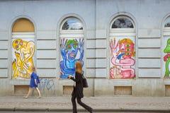 Uliczna sztuka - kolorowi wizerunki pokraki, potwory, obcy w nadokiennych zatokach Zdjęcie Stock