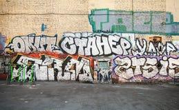 Uliczna sztuka, miastowa ściana z graffiti teksta wzorem Zdjęcia Stock