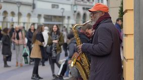 Uliczna sztuka, muzyka wykonawcy czerni starzy człowiecy bawić się na instrumencie muzycznym dla passersby ludzi przy miastem w u zdjęcie wideo