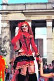 Uliczne aktor kobiety pozy dla fotografii w czerwieni ubierają Zdjęcie Stock