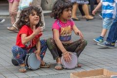 Uliczne dziewczyny bawić się tambourines Fotografia Stock