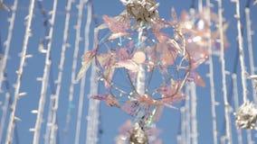 Uliczne girlandy na drucie Lampy wieszają dekoracje przeciw niebieskiemu niebu w lecie zdjęcie wideo