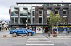 Uliczne sceny i dzielnica biznesu Queenstown, południowa wyspa Nowa Zelandia Zdjęcia Royalty Free