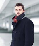 Ulicznego moda portreta przystojny mężczyzna zdjęcia royalty free
