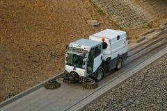 Ulicznego wymiatacza ciężarówka na drodze obrazy stock