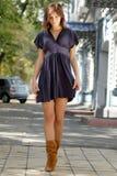 ulicznej chodzącej kobiety Zdjęcia Stock