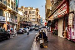 Uliczni ładowacze czekają pracę na ulicach stary Dubaj zdjęcia royalty free
